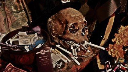 Cráneo-humano-con-ofrendas-y-cigarrillos-en-el-Historic-Voodoo-Museum-de-Nueva-Orleans